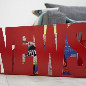 Stojan na noviny News červená